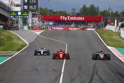 Kimi Raikkonen, Ferrari SF71H, Sebastian Vettel, Ferrari SF71H e Valtteri Bottas, Mercedes AMG F1 W09