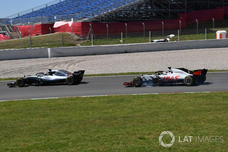 Льюис Хэмилтон, Mercedes AMG F1 W09, и Ромен Грожан, Haas F1 Team VF-18