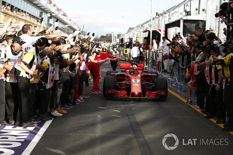 El ganador de la carrera Sebastian Vettel, Ferrari SF71H llega al parque cerrado y celebra con Maurizio Arrivabene, director del equipo Ferrari