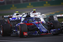 Brendon Hartley, Toro Rosso STR13 Honda, devant Charles Leclerc, Sauber C37 Ferrari, et Sergey Sirotkin, Williams FW41 Mercedes, au départ