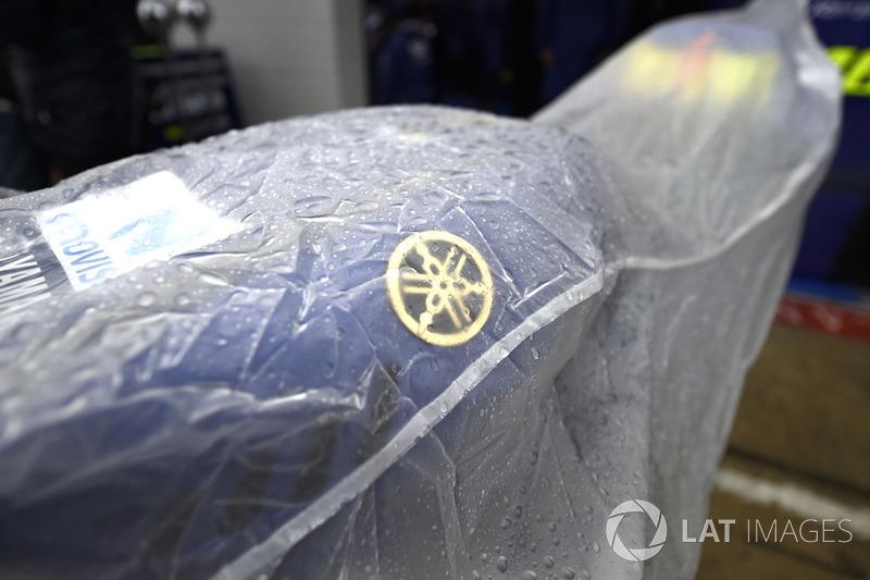 Yamaha tapada para protegerla de la lluvia durante el Gran Premio de Gran Bretaña