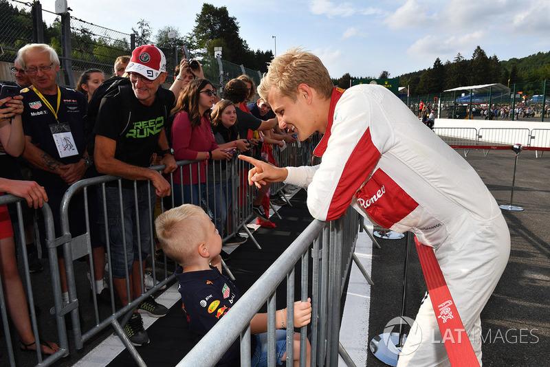 Marcus Ericsson, Sauber signs autographs for the fans