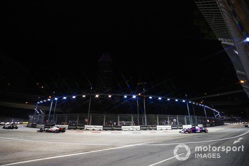 Kevin Magnussen, Haas F1 Team VF-18, precede Brendon Hartley, Toro Rosso STR13