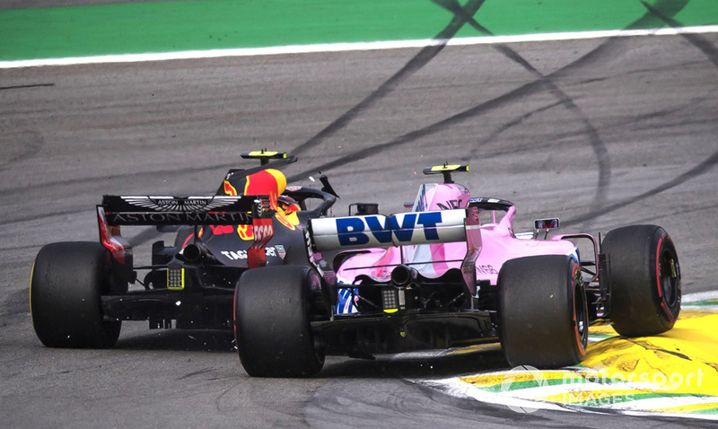 Max Verstappen, Red Bull Racing RB14 tertabrak Esteban Ocon, Racing Point Force India VJM11