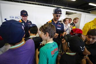 Max Verstappen, Red Bull Racing, y Daniel Ricciardo, Red Bull Racing, firman autógrafos