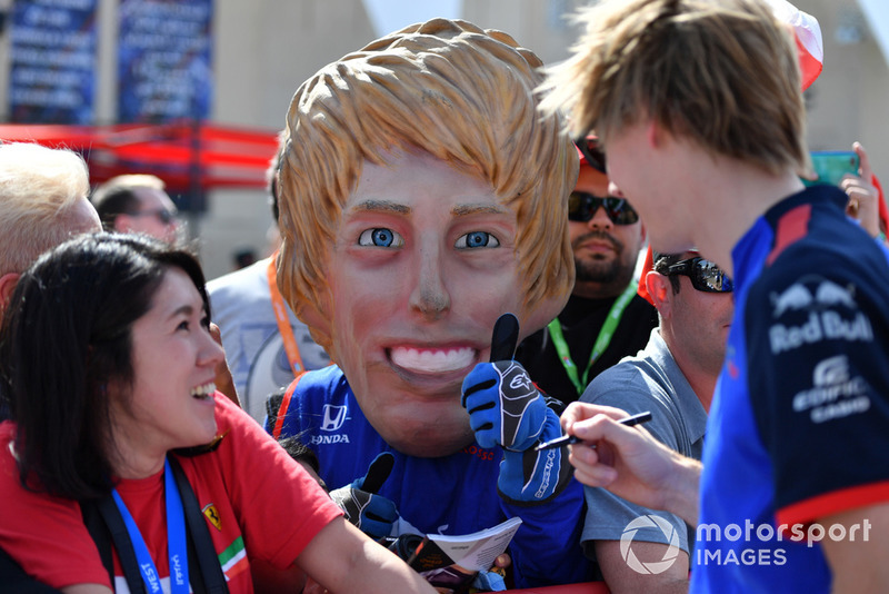 Гонщик Scuderia Toro Rosso Брендон Хартли рядом со своей куклой