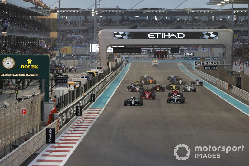 Lewis Hamilton, Mercedes-AMG F1 W09 y Valtteri Bottas, Mercedes-AMG F1 W09 al inicio