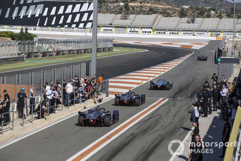 2018/19 Los coches de la Temporada 5 se alinean en el pit lane a partir de Stoffel Vandoorne, HWA Racelab, VFE-05, Robin Frijns, Envision Virgin Racing, Audi e-tron FE05 y Sam Bird, Envision Virgin Racing, Audi e-tron FE05