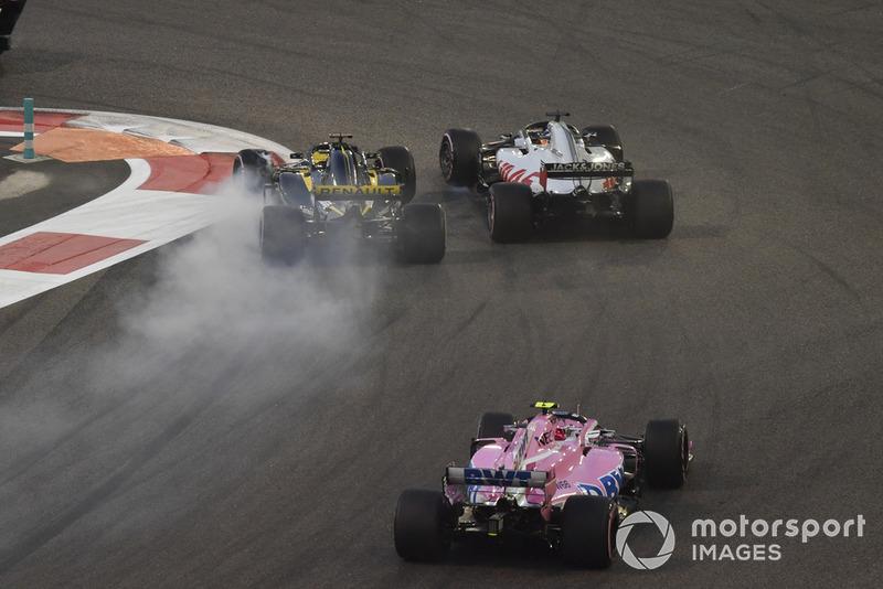 Nico Hulkenberg, Renault Sport F1 Team R.S. 18 y Romain Grosjean, Haas F1 Team VF-18 batalla en la primera vuelta