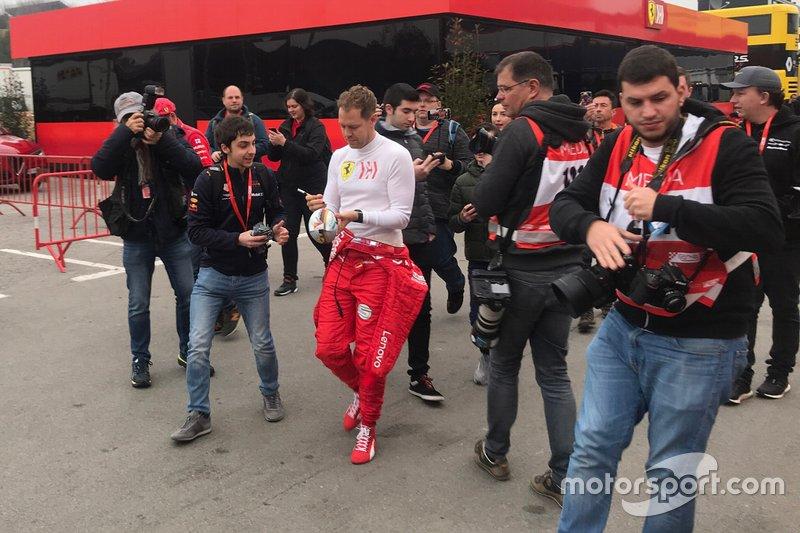 Sebastian Vettel, Ferrari, firma autógrafos a un fan