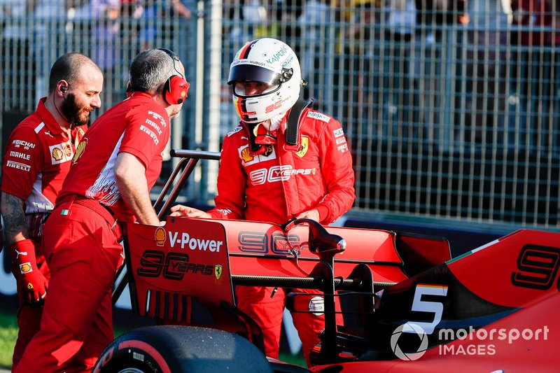 Sebastian Vettel, Ferrari SF90, con dei meccanici dopo la qualifica