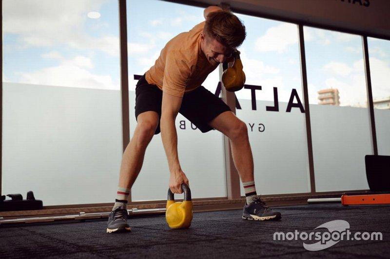 Das Gewicht: Das Mindestgewicht wird 2019 nicht für Auto und Fahrer gesamt gemessen, sondern die Fahrer (inklusive Helm, Overall und Sitzschale) werden separat gewogen. Mindestgewicht: 80 Kilogramm - ansonsten muss Ballast angebaut werden. Ein Vorteil für schwere Fahrer wie Nico (78 Kilogramm), die bisher benachteiligt waren.
