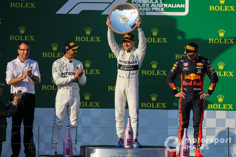 El ganador Valtteri Bottas, Mercedes AMG F1 celebra en el podio ante Hamilton y Verstappen