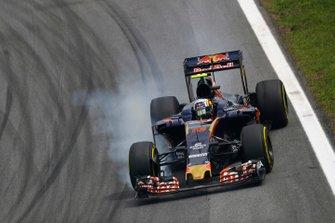 Carlos Sainz Jr, Toro Rosso STR11 Ferrari, locks a front wheel