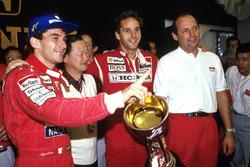Campeón del mundo 1991 Ayrton Senna, ganador de la carrera Gerhard Berger, McLaren y CEO Ron Dennis
