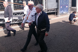 Charlie Whiting e Bernie Ecclestone nel paddock di Hockenheim