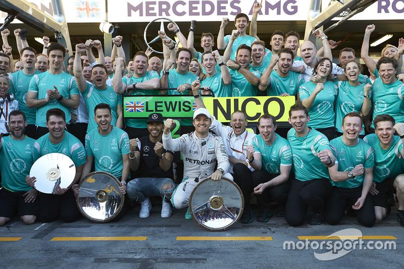 Ganador Nico Rosberg, Mercedes AMG F1 Team, y el segundo lugar Lewis Hamilton, Mercedes AMG F1 Team celebran con el equipo