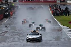 Lewis Hamilton güvenlik aracının arkasında yarışın lideri