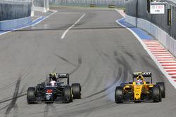Дженсон Баттон, McLaren MP4-31 и Джолион Палмер, Renault Sport F1 Team RS16