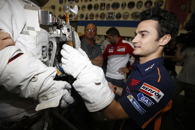 Dani Pedrosa, Repsol Honda Team guarda una tuta da astronauta durante la visita al NASA Johnson Space Center