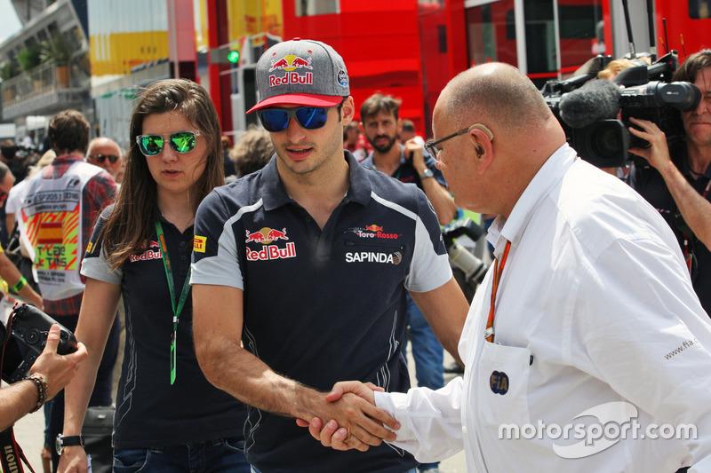 Carlos Sainz Jr, Scuderia Toro Rosso con Tabatha Valles, Scuderia Toro Rosso Press Officer, e Pat Be