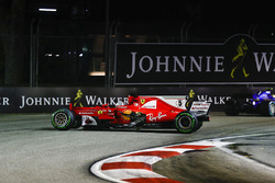 El auto dañado de Sebastian Vettel, Ferrari SF70H