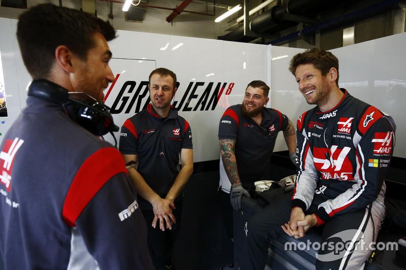 Romain Grosjean, Haas F1 Team, mit Teammitgliedern