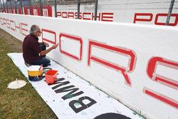 Porsche logosu tamamlanıyor