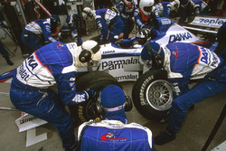 Damon Hill, Arrows A18 Yamaha, takes a pitstop