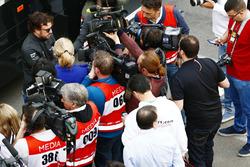 Фернандо Алонсо, McLaren, розмовляє зі ЗМІ