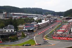 Lewis Hamilton, Mercedes AMG F1 W08, Sebastian Vettel, Ferrari SF70H, Valtteri Bottas, Mercedes AMG F1 W08, Kimi Raikkonen, Ferrari SF70H, Max Verstappen, Red Bull Racing RB13, Daniel Ricciardo, Red Bull Racing RB13 and Fernando Alonso, McLaren MCL32 at the start, behind, Esteban Ocon, Sahara Force India F1 VJM10, Sergio Perez, Sahara Force India F1 VJM10, collide