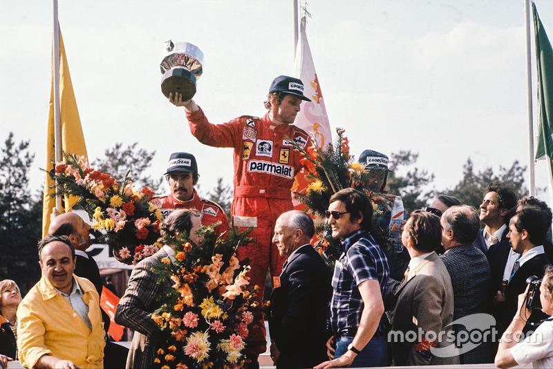El ganador Niki Lauda, Ferrari, junto al segundo, Clay Regazzoni, Ferrari y el tercero, Jacques Laff
