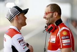 Cal Crutchlow, Team LCR Honda, discute avec technicien Ducati