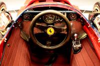 Ferrari 312B – dettaglio della strumentazione, del cambio e del volante originali e del tessuto del rivestimento interno ricreato su modello dell'originale