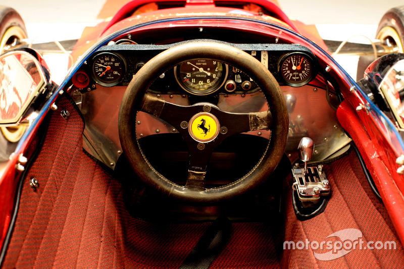 Відновлений інтер'єр Ferrari 312B: панель приладів, оригінальне кермо івнутрішня оббивка як у оригінальної моделі