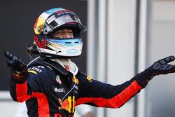 Daniel Ricciardo, Red Bull Racing, celebra su victoria en parc ferme