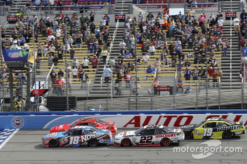Kyle Busch, Joe Gibbs Racing Toyota y Justin Allgaier, JR Motorsports Chevrolet