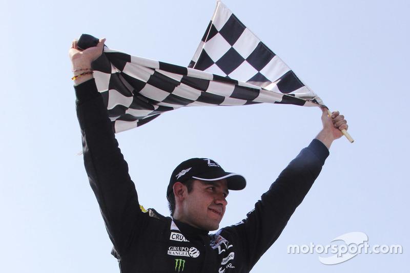 Ganador de la carrera Rubén Rovelo, HOSpeedRacing celebra con la bander a cuadros