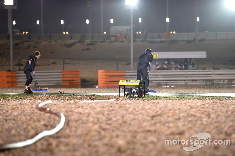 Marshal bekerja mengeringkan trek basah