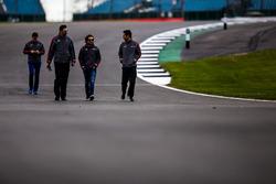 #31 Vaillante Rebellion Racing Oreca 07 Gibson: Julien Canal, Bruno Senna, Nicolas Prost durante una caminata en la pista