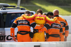 Ryan Hunter-Reay, Andretti Autosport Honda is helped after his crash