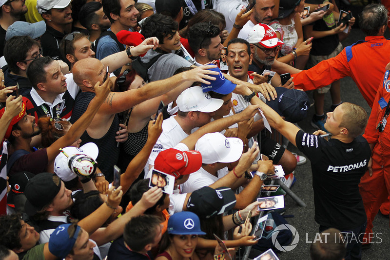 Valtteri Bottas, Mercedes AMG F1 signs autographs for the fans
