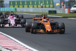 Стоффель Вандорн, McLaren MCL32, и Эстебан Окон, Sahara Force India F1 VJM10