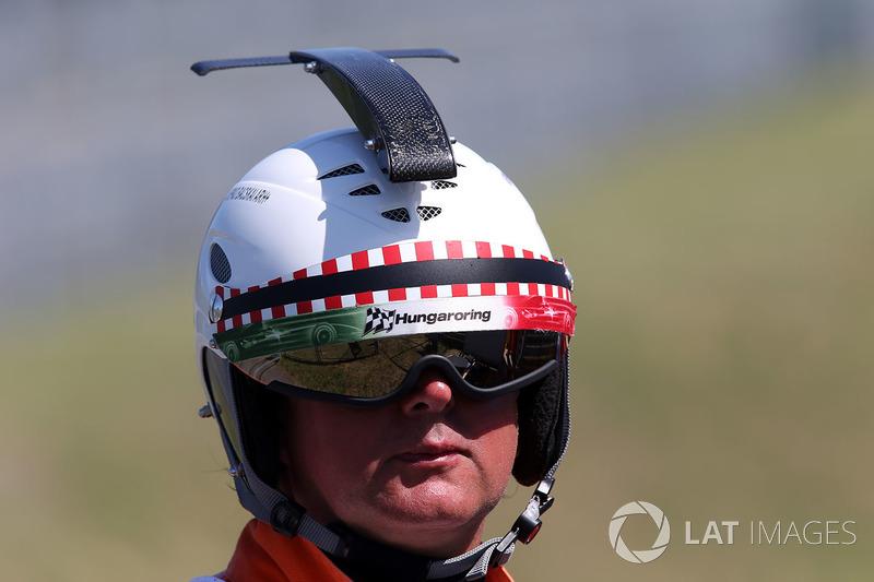 Oficial de pista con casco