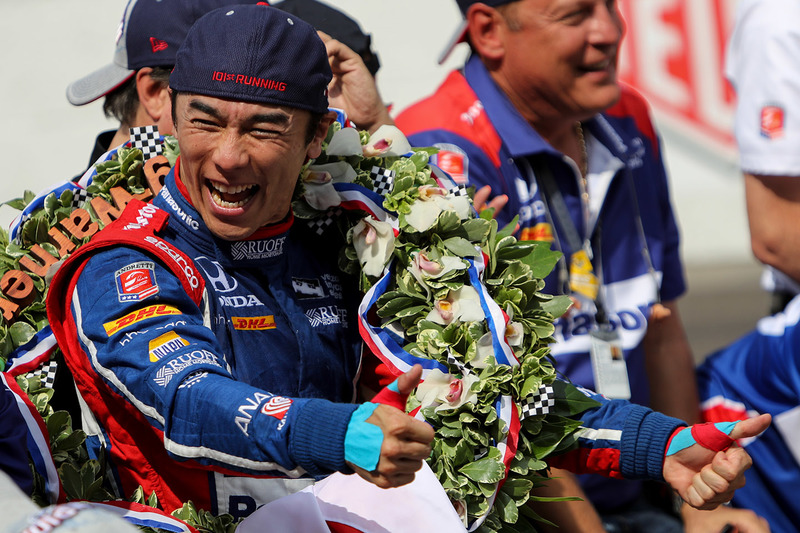 Венок победителя Indy 500 состоит из 33 орхидей цимбидиум и 33 миниаютюрных клетчатых флагов