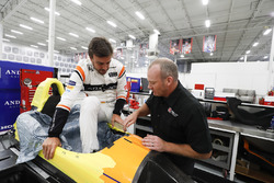 Fernando Alonso bei der Sitzanpassung