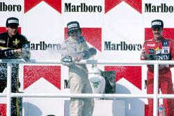 Podium : le vainqueur Nelson Piquet, Williams, le deuxième Ayrton Senna, Lotus, le troisième Nigel Mansell, Williams