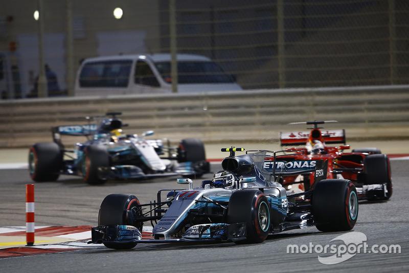Valtteri Bottas, Mercedes AMG F1 W08, Sebastian Vettel, Ferrari SF70H y Lewis Hamilton, Mercedes AMG F1 W08