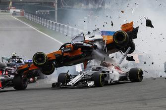 Fernando Alonso, McLaren MCL33, viene lanciato in aria al primo giro