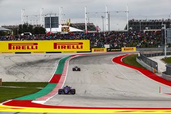 Pierre Gasly, Scuderia Toro Rosso STR13, precede Romain Grosjean, Haas F1 Team VF-18